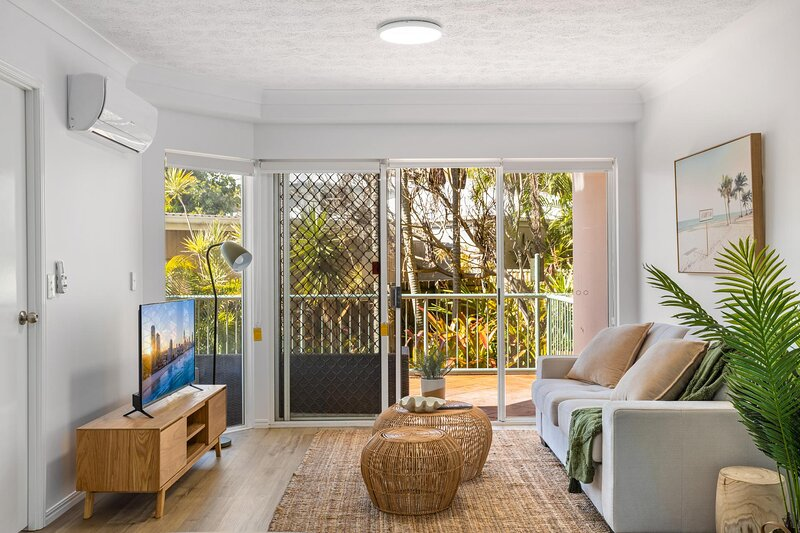 MadeComfy Beachside Getaway with Lush Balcony, holiday rental in Burleigh Waters