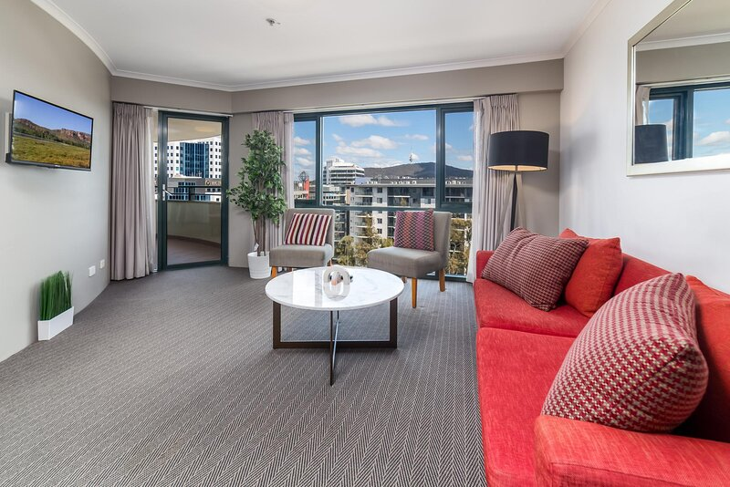 MadeComfy Executive and Spacious Braddon Apartment, holiday rental in Conder