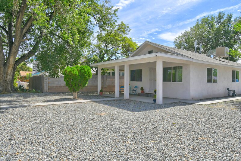NEWLY REMODELED home in the heart of ABQ!, holiday rental in Los Lunas