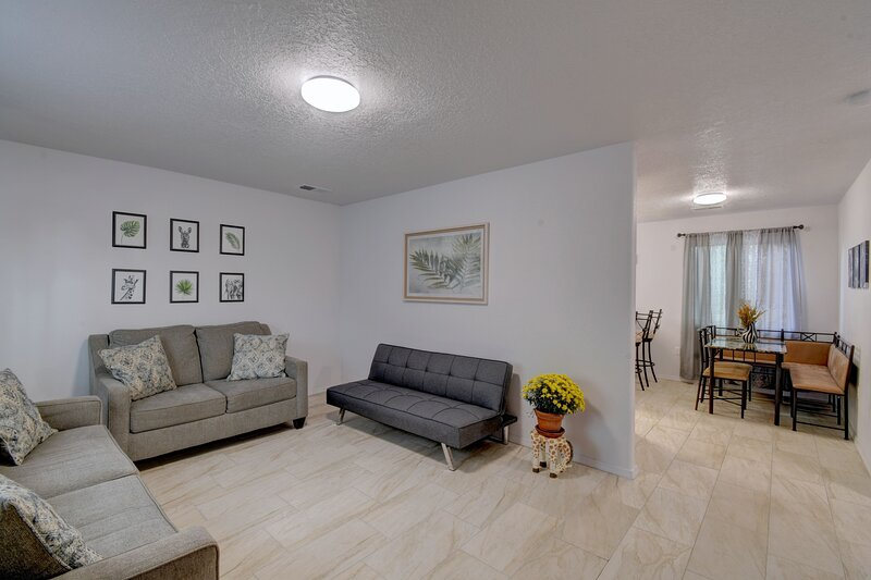 NEWLY RENOVATED home located in the heart of ABQ, holiday rental in Los Lunas