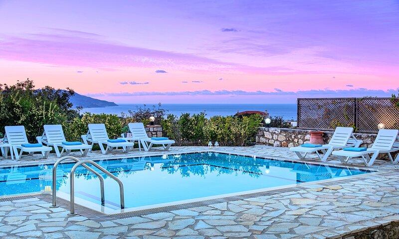 Mare Blue Villa | Private Heated Pool, casa vacanza a Kastellos