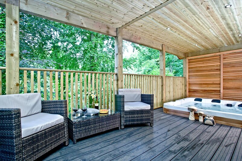 Oak Lodge, South View Lodges - A contemporary lakeside lodge for the whole famil, vacation rental in Dunsford