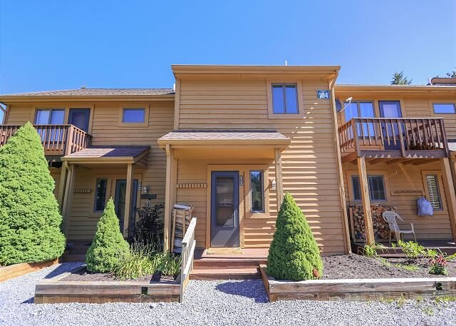 Cozy for singles, a couple or small family, Alpine Haus has it all., vacation rental in Bowden
