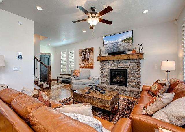 Retreat 912 by Moose Management-Pvt HotTub-Fireplace-Desk-WiFi-Pool is OPEN!, location de vacances à Kamas