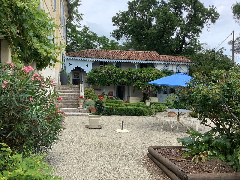 Enchanting 17th century Self Contained Cottage, Ferienwohnung in Aubagnan
