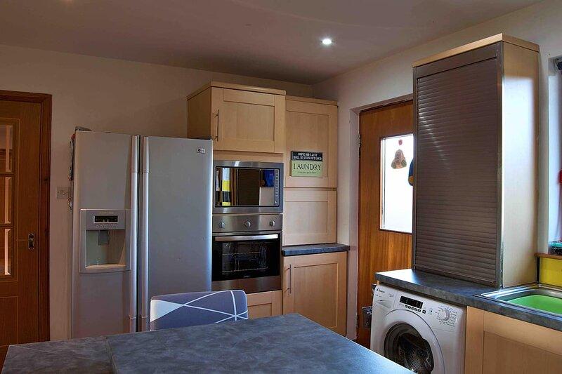 Large 4 bedroom House in Culloden, location de vacances à Castletown
