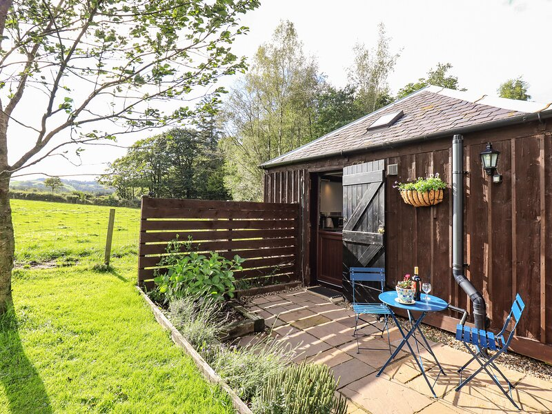 STABLE COTTAGE, stable conversion, studio accommodation, countryside views, Ref, holiday rental in Torthorwald