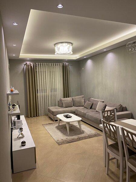 Modern 1 bedroom apartment in a quiet residential property, casa vacanza a Daias-Barabas