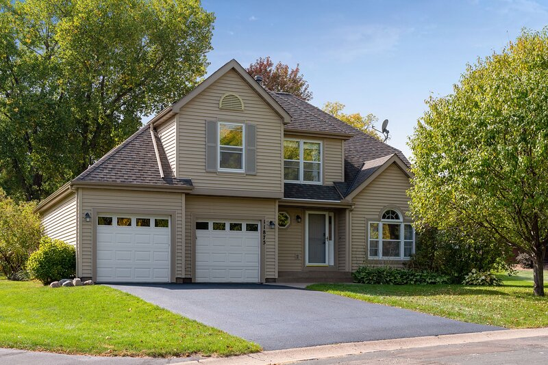 Stunning 5 Bedroom Home with Spacious Yard and Great Amenities, holiday rental in Minneapolis
