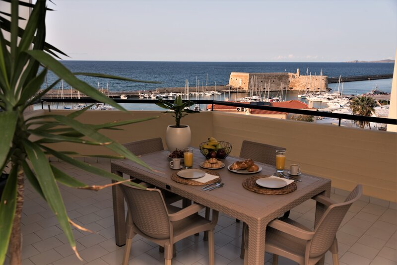 Koules Sea View City Apartment, holiday rental in Nea Alikarnassos