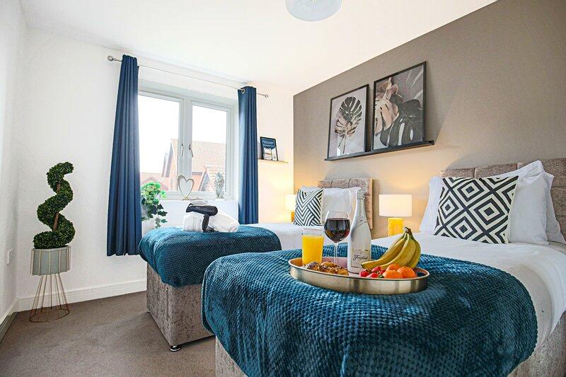 Stylish House with Garden, Free Parking & Smart TVs, holiday rental in Leighton Buzzard