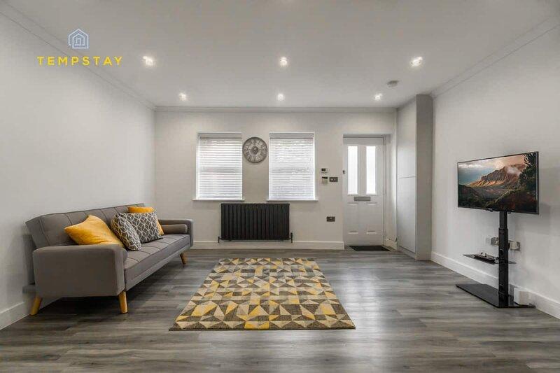 HIDDEN GEM - CLOSE 2 ALL WINDSOR SIGHTS, holiday rental in Wraysbury