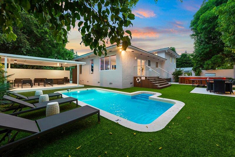 Beautiful Villa with heated pool, Fits 14 !, casa vacanza a Miami Shores