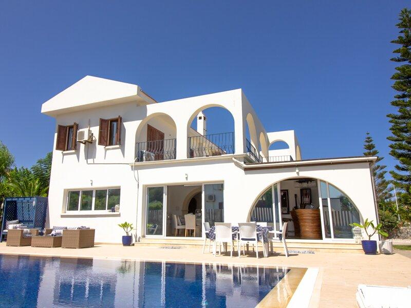 Casa Blanca, Luxury Detached Villa with Private Pool, location de vacances à Kyrenia