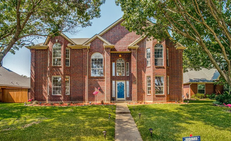 J&C club|ALLEN/PLANO LuxuryTheme Home|5BR|3Bath|close to everything & everywhere, vacation rental in Melissa