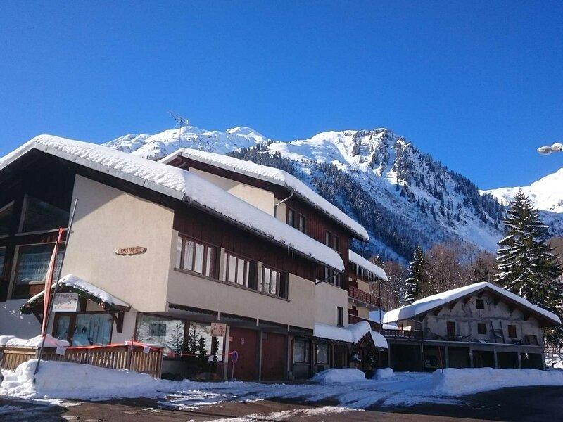 Appartement 6 personnes calme et au départ de randonnées, classé 2**, holiday rental in Areches