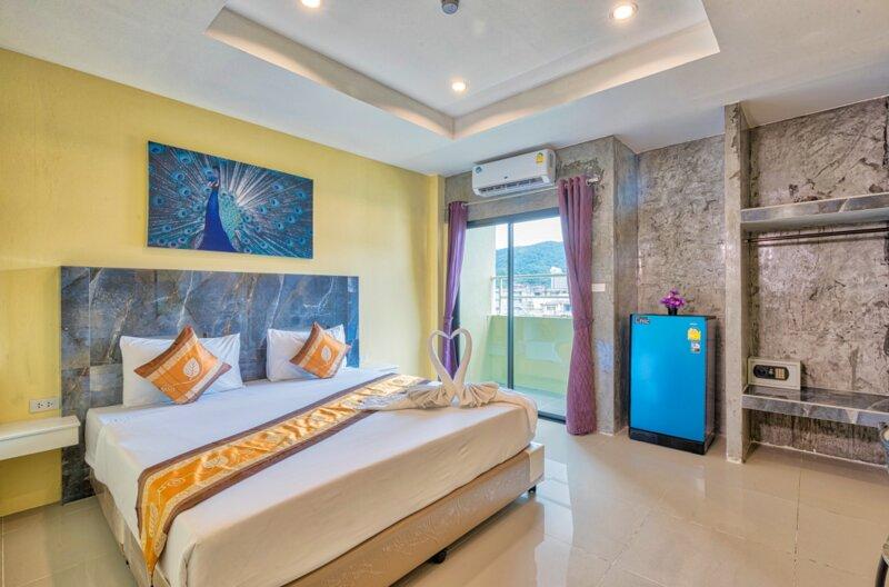 Room 600 meters from Beach with balcony, free pool to use SHA+, aluguéis de temporada em Patong
