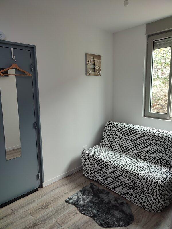 Charmant studio tout équipé non loin de la serre numérique ., holiday rental in Saint-Ghislain