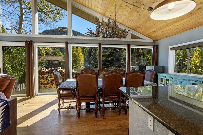Gorgeous Mountain Duplex, Private Hot Tub, Minutes to Vail/ Beaver Creek, casa vacanza a Eagle-Vail