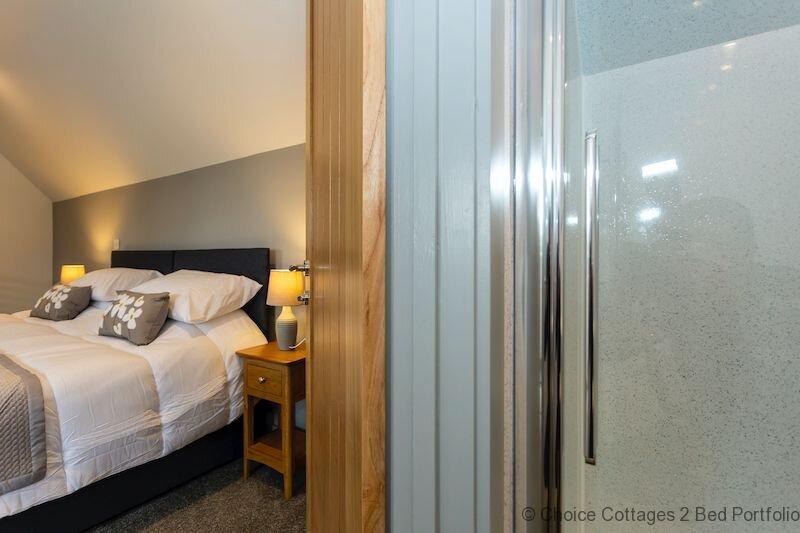 HUNTERS LODGE   OTTERS - Ground floor pet friendly vibrant room with en-suite, holiday rental in Huntshaw