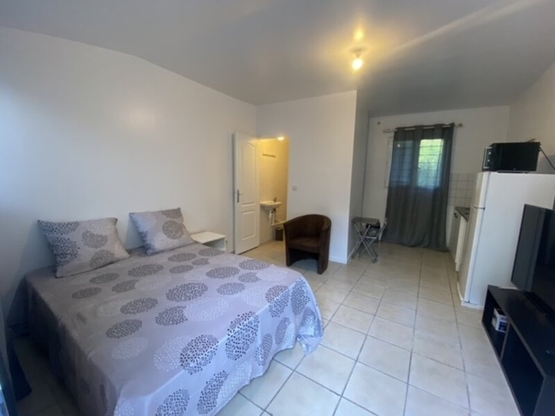 Charming 1-Bed Apartment 20 mins to Paris by train, holiday rental in Villepinte