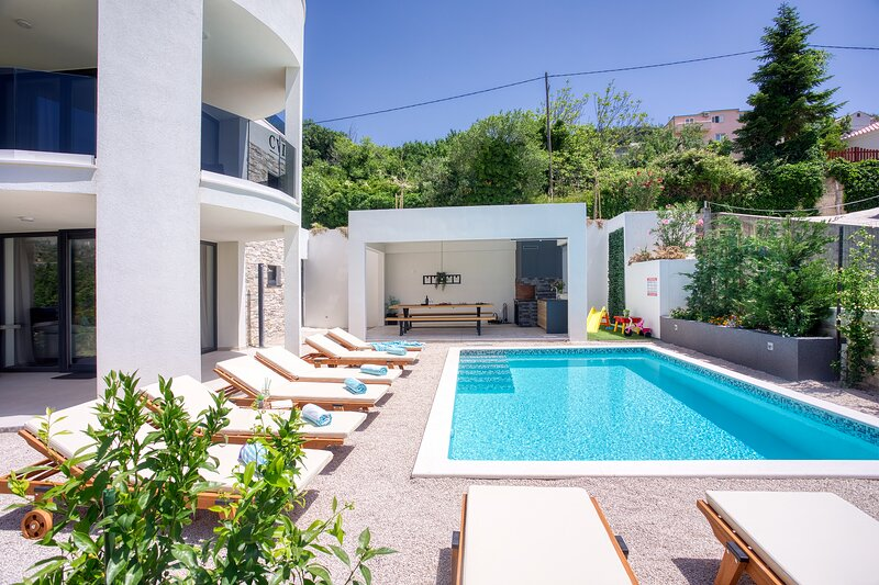 VILLA CVITA is a modern 5-bedroom villa with a Jacuzzi, a Gym and Finnish Sauna, holiday rental in Klis