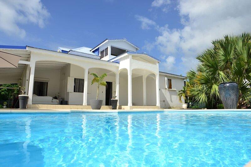 Big villa with swimming-pool & Wifi, alquiler de vacaciones en Les Abymes