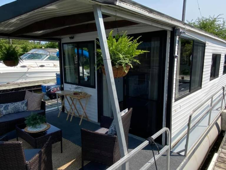 Cozy Driftwood Houseboat for Two, holiday rental in Savanna