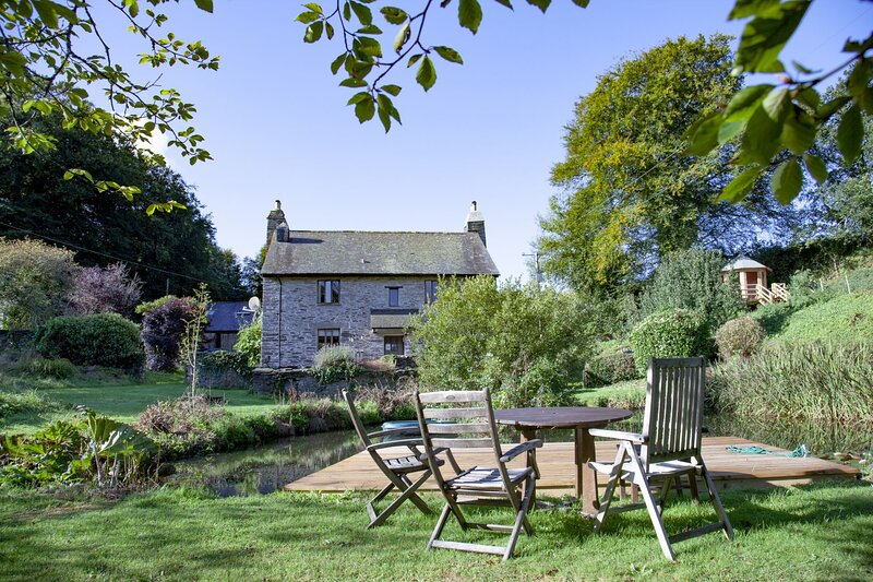 Fletchers Farmhouse - A beautiful stone farmhouse with hot tub and tonnes of out, holiday rental in Washbourne