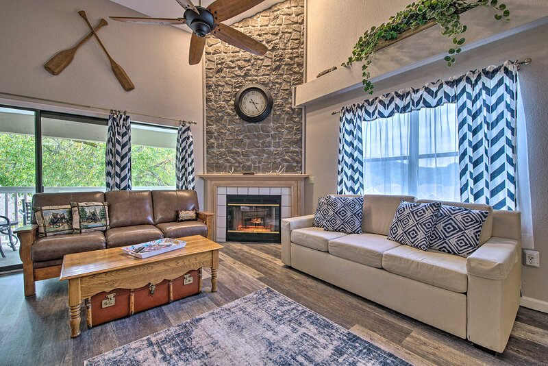 Condo w/ Pool Access - 5 Mins to Table Rock Lake!, vacation rental in Point Lookout