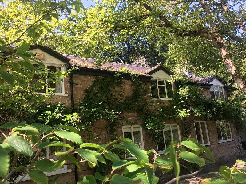 4-Bedroom Riverside House with garden near Denbigh, holiday rental in Trefnant