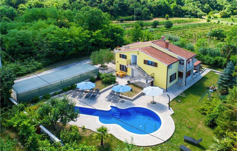 Amazing home in Labin with Outdoor swimming pool, WiFi and 5 Bedrooms (CIO353), aluguéis de temporada em Sveti Bartol