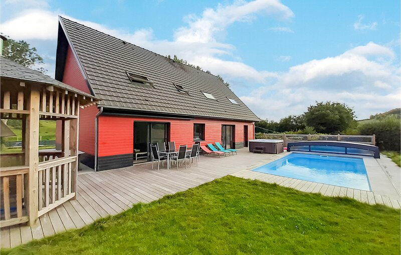 Amazing home in Saint-Denoeux with Jacuzzi, Heated swimming pool and 4 Bedrooms, holiday rental in Verchocq