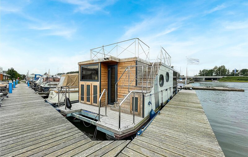 Awesome ship/boat in Uitgeest with WiFi and 2 Bedrooms (HNH167), holiday rental in Krommenie