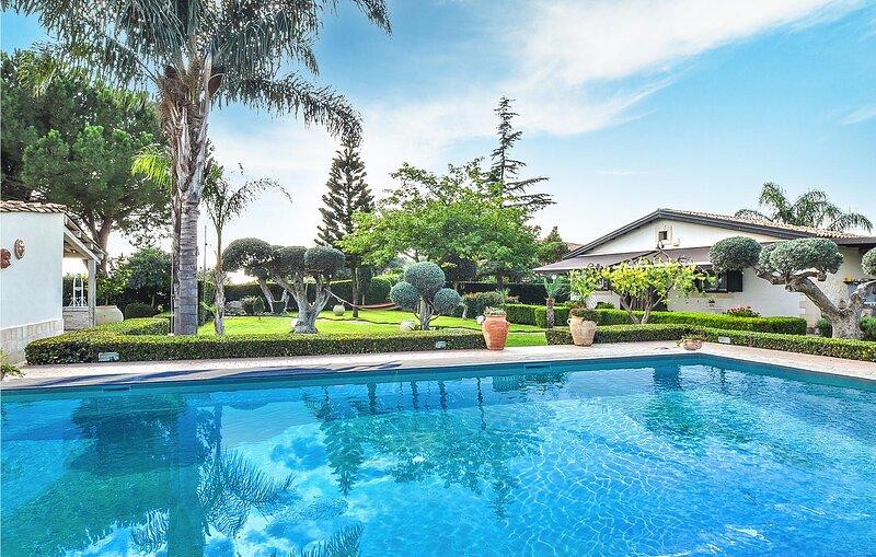 Beautiful home in Chiaramonte Gulfi with Outdoor swimming pool, WiFi and 3 Bedro, holiday rental in Licodia Eubea