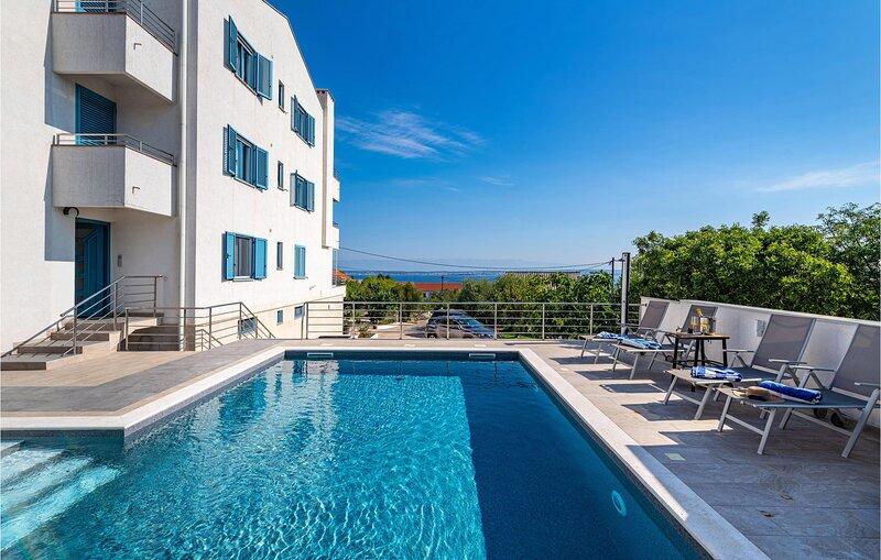 Beautiful apartment in Lukoran with Outdoor swimming pool, Jacuzzi and 1 Bedroom, alquiler de vacaciones en Lukoran