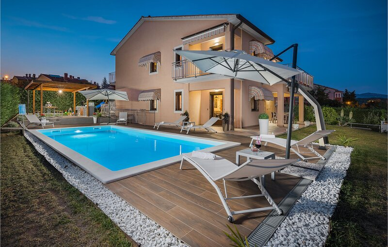 Awesome apartment in Labin with Outdoor swimming pool, WiFi and 3 Bedrooms (CIO2, casa vacanza a Vinez