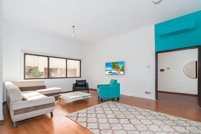 Stunning 8 bedroom family villa central location with pool, garden, home gym, alquiler de vacaciones en Murqquab