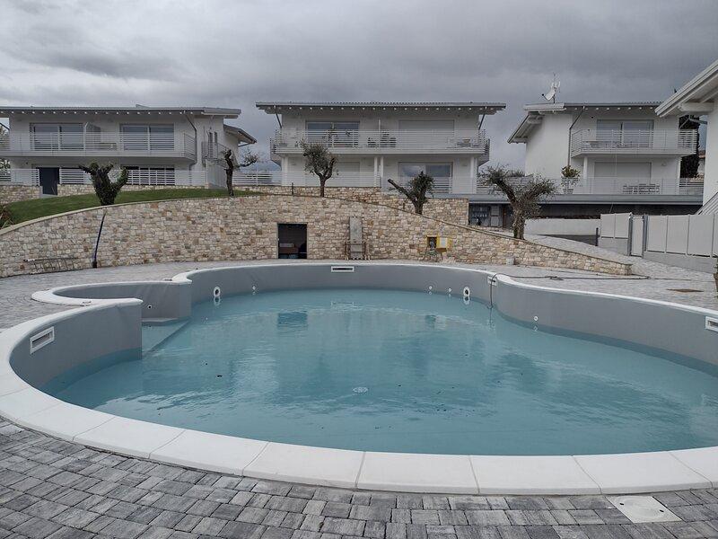 Bilocale in residence vista lago con piscina, aluguéis de temporada em Polpenazze del Garda
