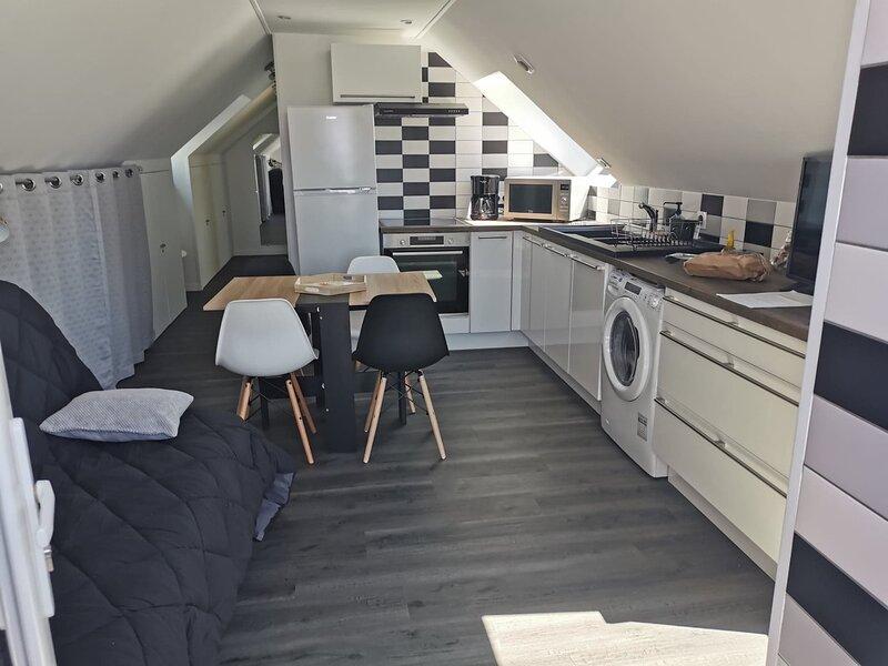 Beautiful apartment with garden, casa vacanza a Hirel