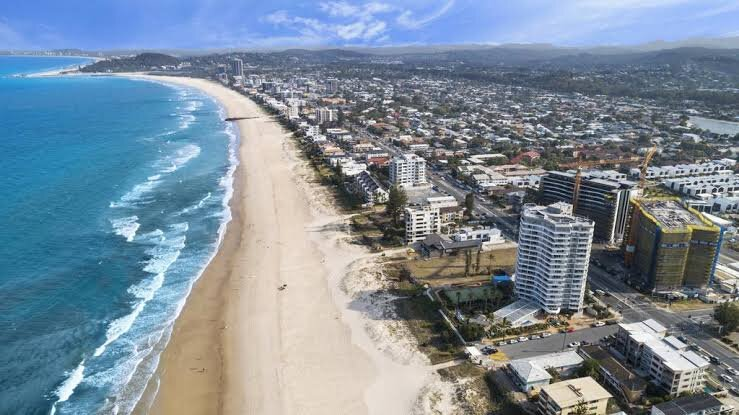 FAMILY BEACH PAD – Sleeps 7 – Pet Friendly - Walk to Everything, holiday rental in Burleigh Waters