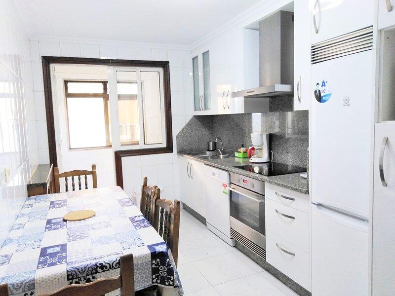 Piso muy amplio para periodo vacacional en La Coruña, holiday rental in Laracha