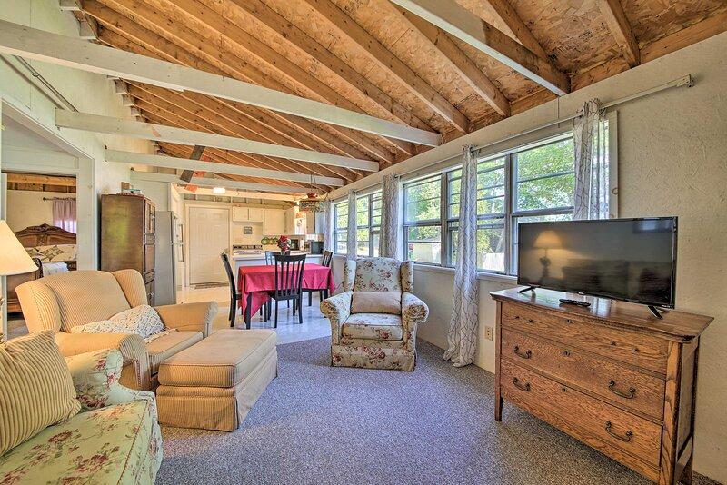 Rustic Retreat Across from Lake; Family Friendly!, aluguéis de temporada em Liberty