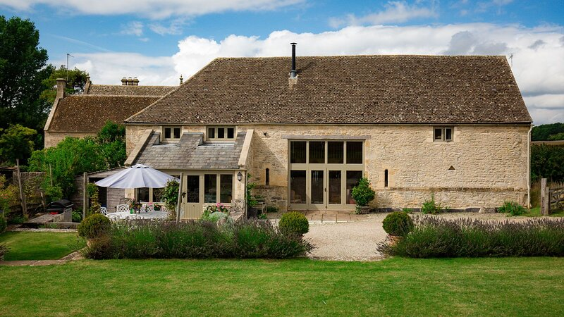 Tom's Barn, Cotswolds - sleeps 10 guests  in 5 bedrooms, location de vacances à Shipton Oliffe