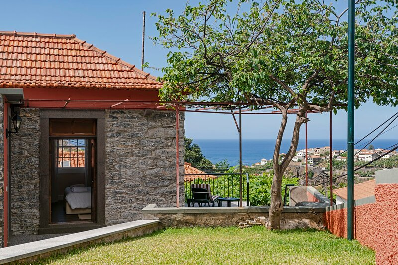 Casa da Aldeia I, feel the vineyard's scent., vacation rental in Estreito de Camara de Lobos