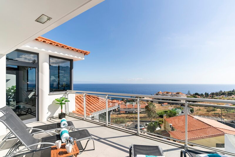 Caniço VI, spacious apartment with pool and ocean view, holiday rental in Canico
