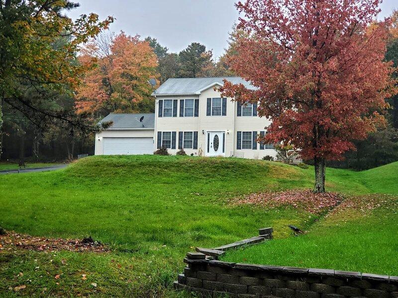 Pocono Home w/Patio/Grill/Foliage/Camelbck/Kalahri, holiday rental in Pocono Manor