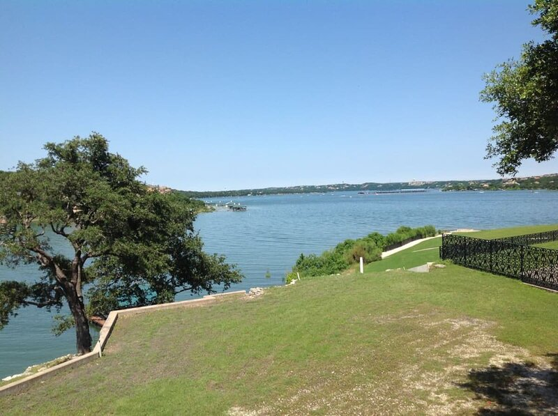 Lake Travis Waterfront with private boat dock and hot tub, holiday rental in Point Venture