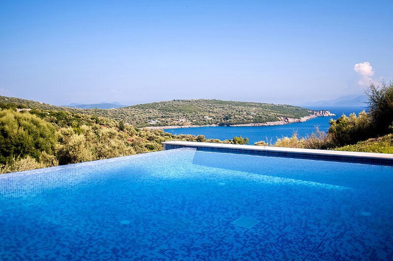 Luxury Villa De Ewelina with Heated Pool & Jacuzzi, casa vacanza a Kontarena