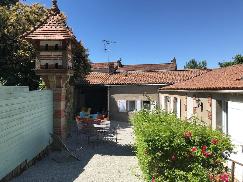 Nice studio with shared pool, holiday rental in Saint-Georges-de-Montaigu